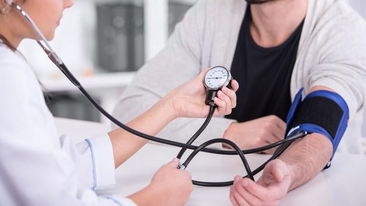 a korábban kezelt magas vérnyomás)
