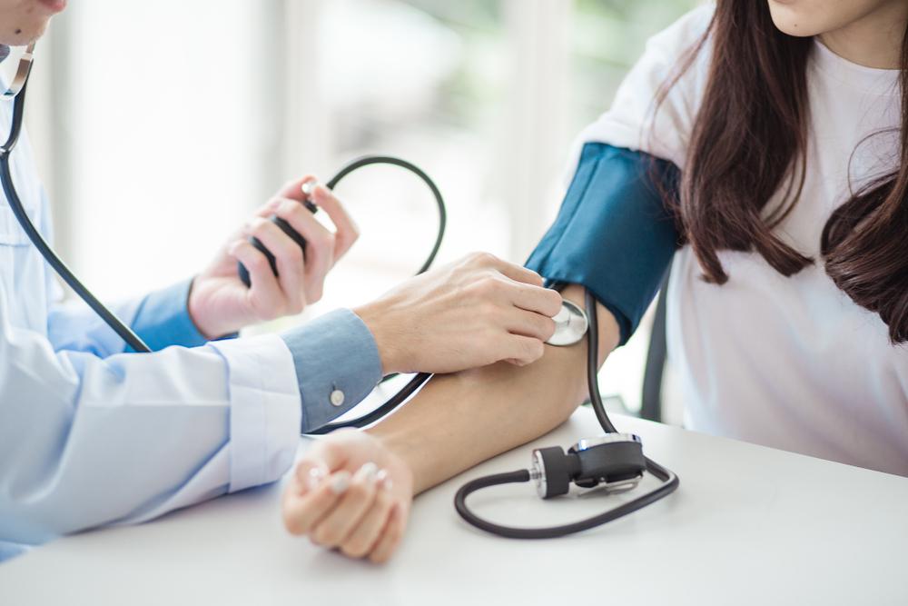 magas vérnyomás és edzőeszközök kezelése)