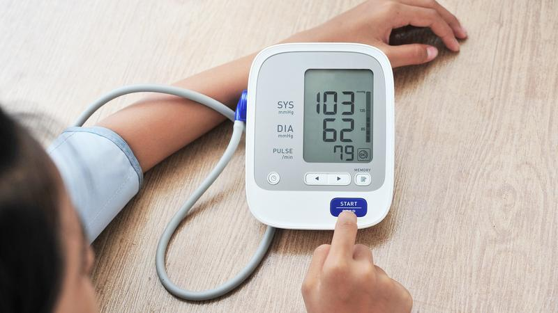 tartós szédülés, magas vérnyomás)
